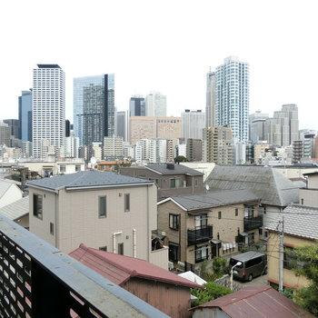 新宿の高層ビルを眺める。夜景が楽しみだ。※写真は5階の別間取り別部屋です