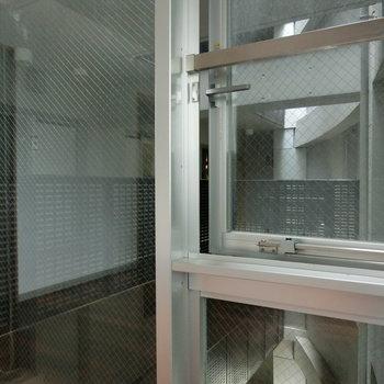 6帖のベッドルームからは共有スペースがのぞける。カーテン必須ですね。※写真は5階の別間取り別部屋です