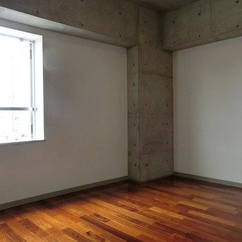 木々とコンクリートがぶつかり合う。※写真は5階の別間取り別部屋です