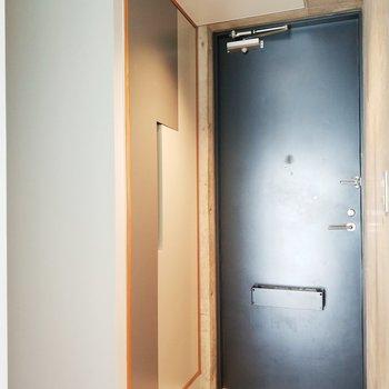 玄関の横のドアはなんと