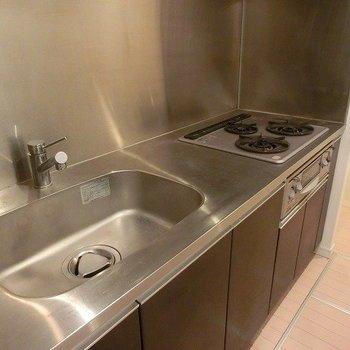 【LDK】3口グリルつきのキッチン※写真は反転間取り別部屋のものです
