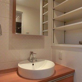 【下階】洗面ボールがおしゃれですね。※写真は反転間取り別部屋のものです