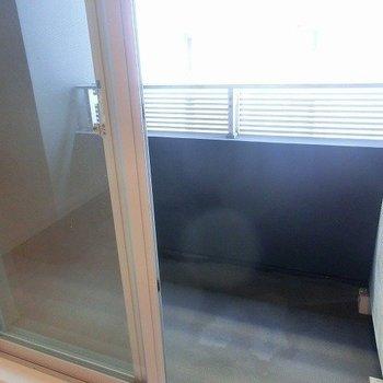 【LDK】ベランダはやや広め。※写真は反転間取り別部屋のものです