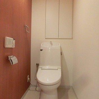 【下階】ウォッシュレット付きのトイレ。※写真は反転間取り別部屋のものです
