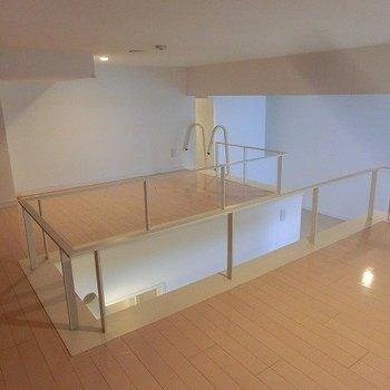 【上階】こちらは寝室に。※写真は反転間取り別部屋のものです