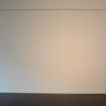 お部屋がシックな分、この壁に鮮やかな絵を飾りたいな。(※写真は間取り反転の別部屋です)