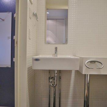 洗面台はシンプル!。※写真は同一フロアの別部屋