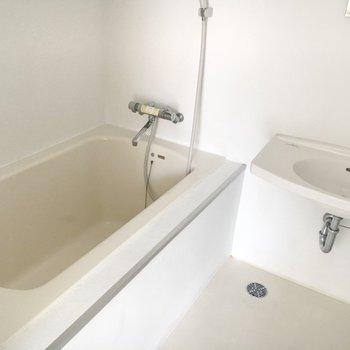 お風呂と洗面台はここに。