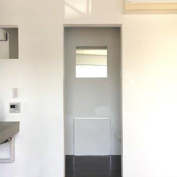右手にトイレがあり、左手に洗濯機があります。