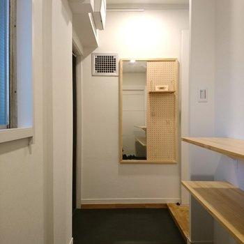 玄関には姿見や有孔ボードもあり