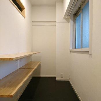 玄関の自慢の土間スペース!固定棚が2枚づつ2連でつきますよ〜!