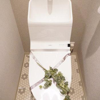 お花柄がかわいいトイレ。※写真は2階の同間取り別部屋・小物はサンプルです