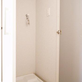洗濯機前に扉付き。※写真は2階の同間取り別部屋のものです