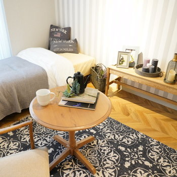 床面は矢印の幾何学模様。※写真は2階の同間取り別部屋・小物はサンプルです