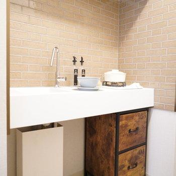 煉瓦調のキッチン、キュートすぎる…。※写真は2階の同間取り別部屋・小物はサンプルです