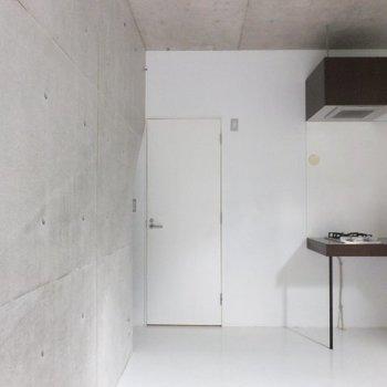 コンクリート打ちっぱなしに白の床。生活感があまりないです ※写真は別のお部屋のものです