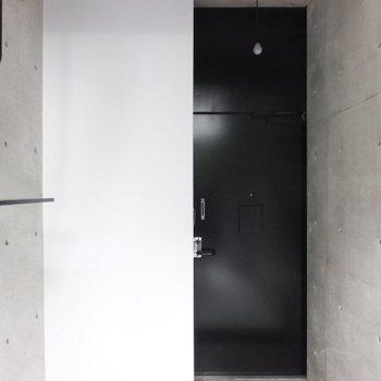 真っ黒で存在感のある玄関ドア ※写真は別のお部屋のものです