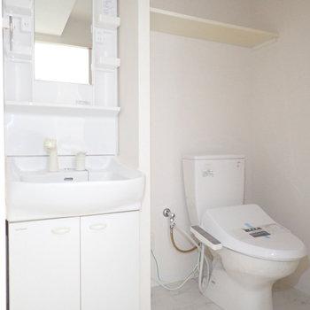 洗面台とトイレは同じ空間です。(※写真は3階の同間取り別部屋のものです)