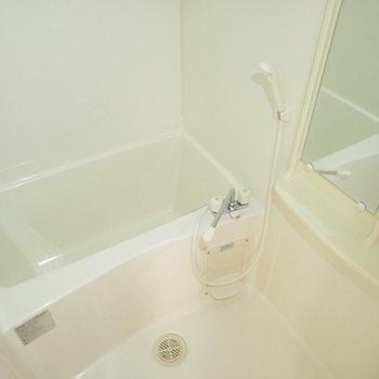 四角い湯船がおもしろい。(※写真は3階の同間取り別部屋のものです)