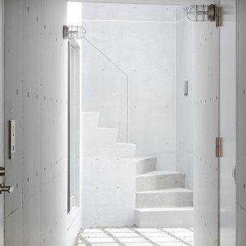 この階段を上がった先・・・