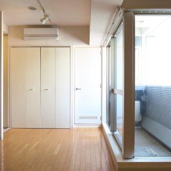 この窓辺がいいですよね。 ※写真は10C号室です。