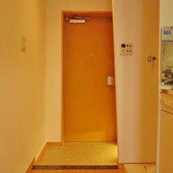 玄関はこんな感じ!。※写真は504号室のもの