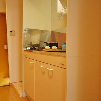 キッチンはこじんまりと。※写真は504号室のもの