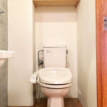 洗面台の隣にウォシュレットトイレです。