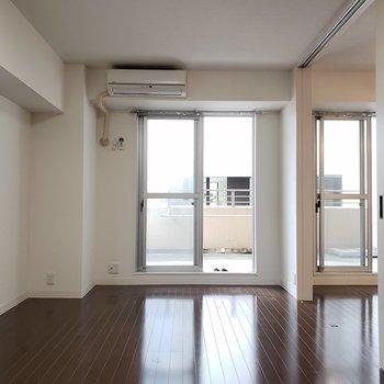 シンプルな空間。カーテンの色までこだわりたい!(※写真は2階の同間取り別部屋のものです)
