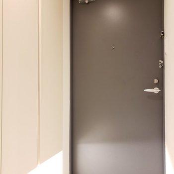 玄関はスッキリとした感じ(※写真は2階の同間取り別部屋のものです)