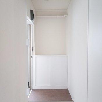 玄関は白基調でスッキリと!