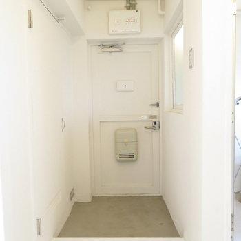 玄関スペースひろい!でもシューズボックスはありません。