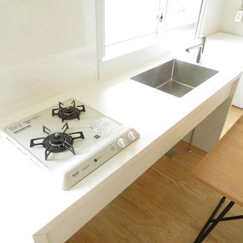 使いやすそうなシステムキッチン。写真はモデルルームです。家具は付いてきませんのでご了承ください。