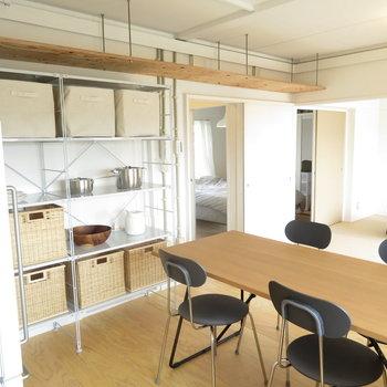 ラックや冷蔵庫は参考までですがここに置けますね。写真はモデルルームです。家具は付いてきませんのでご了承ください。