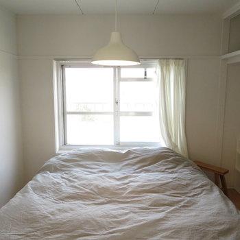 寝室ですね。写真はモデルルームです。家具は付いてきませんのでご了承ください。