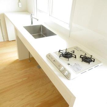 キッチンは広くて長いシステムキッチン!
