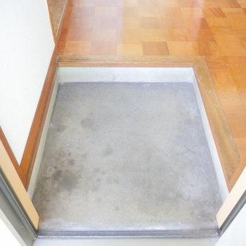 玄関はこちら。靴箱はありません