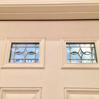 玄関ドアの飾り窓も素敵。