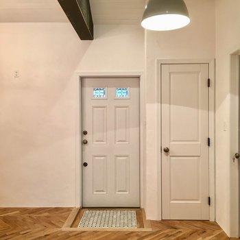 天井がすごく高いです。そして全ての床はヘリンボーン!
