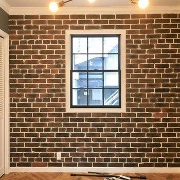 そして一面はレンガ。窓枠もオシャレ。