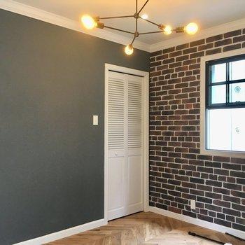 6帖の寝室。グレーの壁で覆われています。