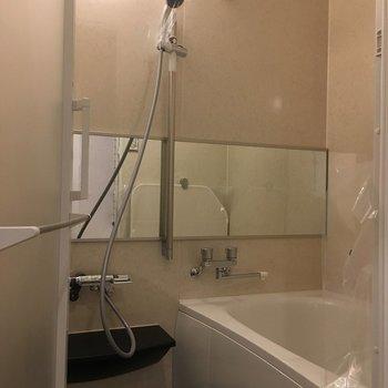 お風呂も新品多機能。暖房や涼風がリモコンで操作できます。