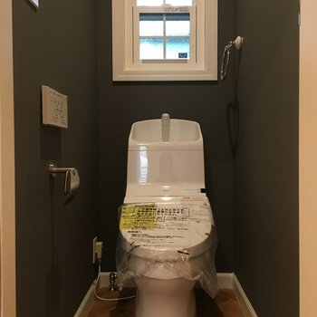 トイレの中までヘリンボーン。グレーの壁と白い小窓が素敵です。