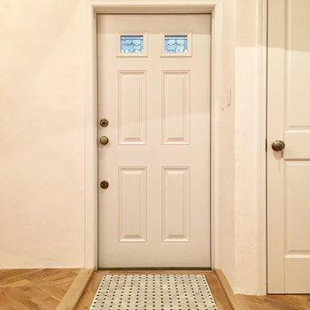 外国風のフラットな玄関。靴箱はお好みで。