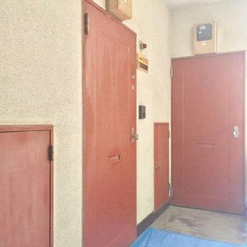 玄関扉はレトロな赤茶!※工事中の写真です