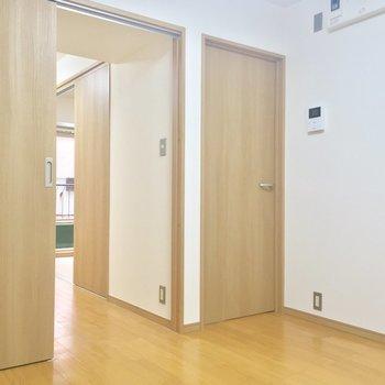 DKから各洋室へとアクセスできます!※工事中の写真です