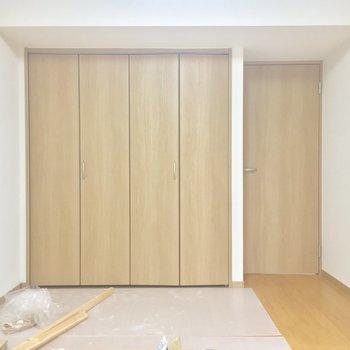 今度はバルコニー側から。寝室はコチラですかね〜※工事中の写真です