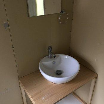 洗面台はコンパクト※写真はクリーニング前のものです