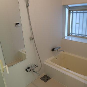 お風呂にも窓付き!ゆったり浸かれる〜※前回募集時の写真です