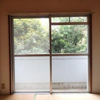 【工事前】寝室にも大きな窓があります。